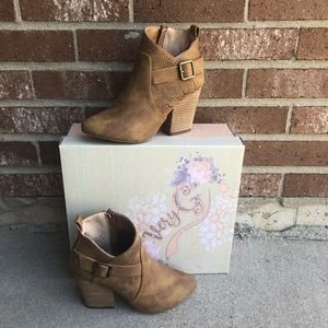 New in Box Tan Ankle Boots Booties Very G Size 6